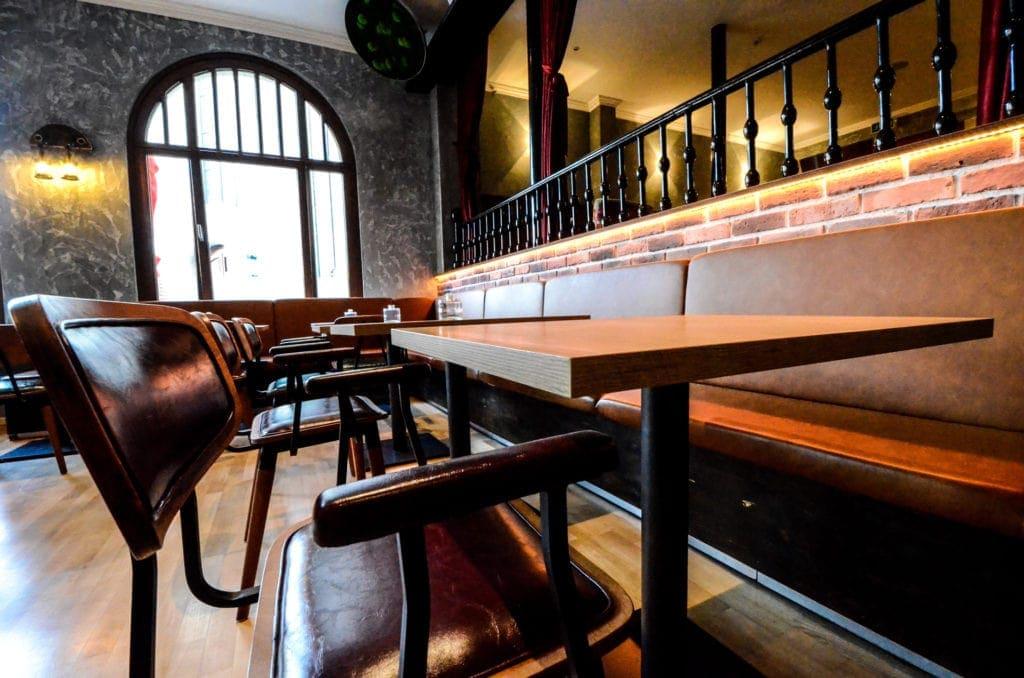 Räume für Geschmack mit Restaurant- und Barbereich