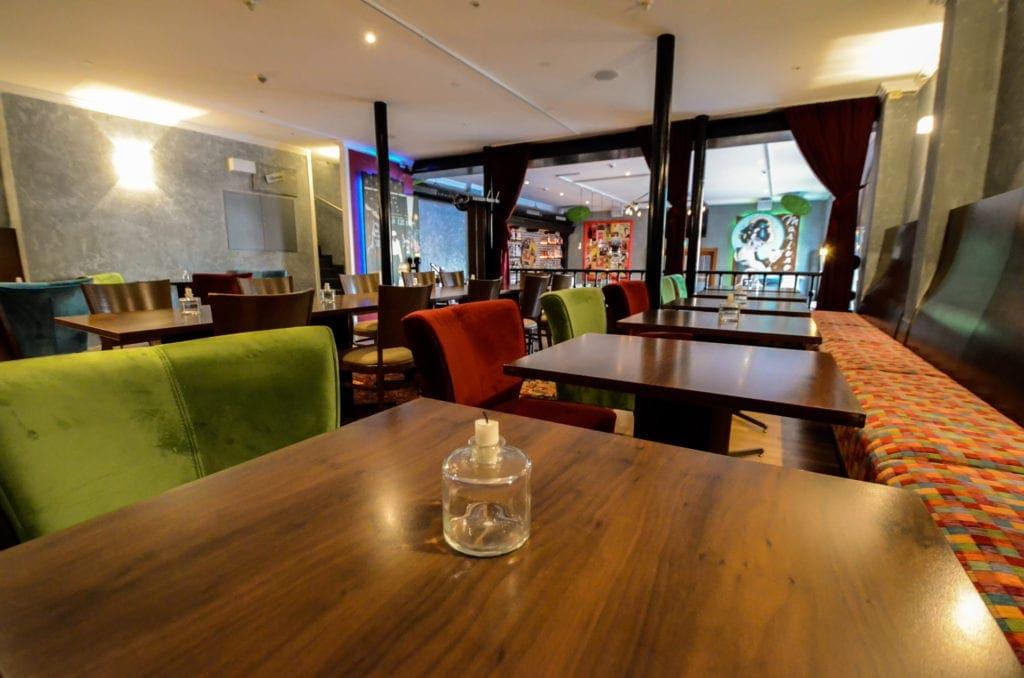 Räume für Geschmack mit gemütlichen Polsterstühlen an Restauranttischen