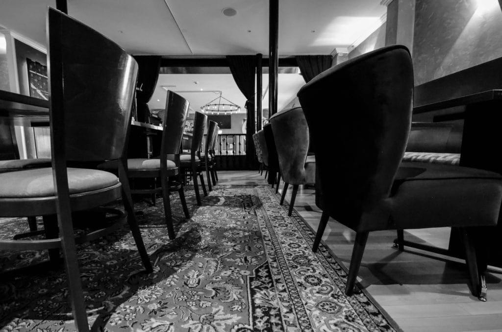 Tische und Stühle auf Perserteppich in der Lounge