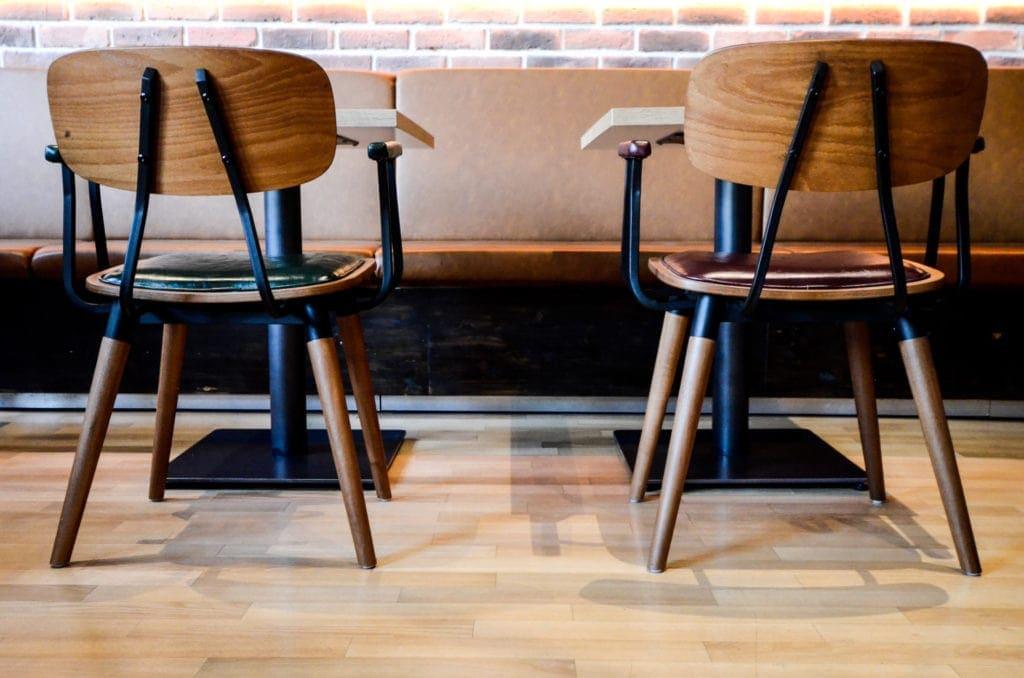 Mehrere Tische im Restaurant