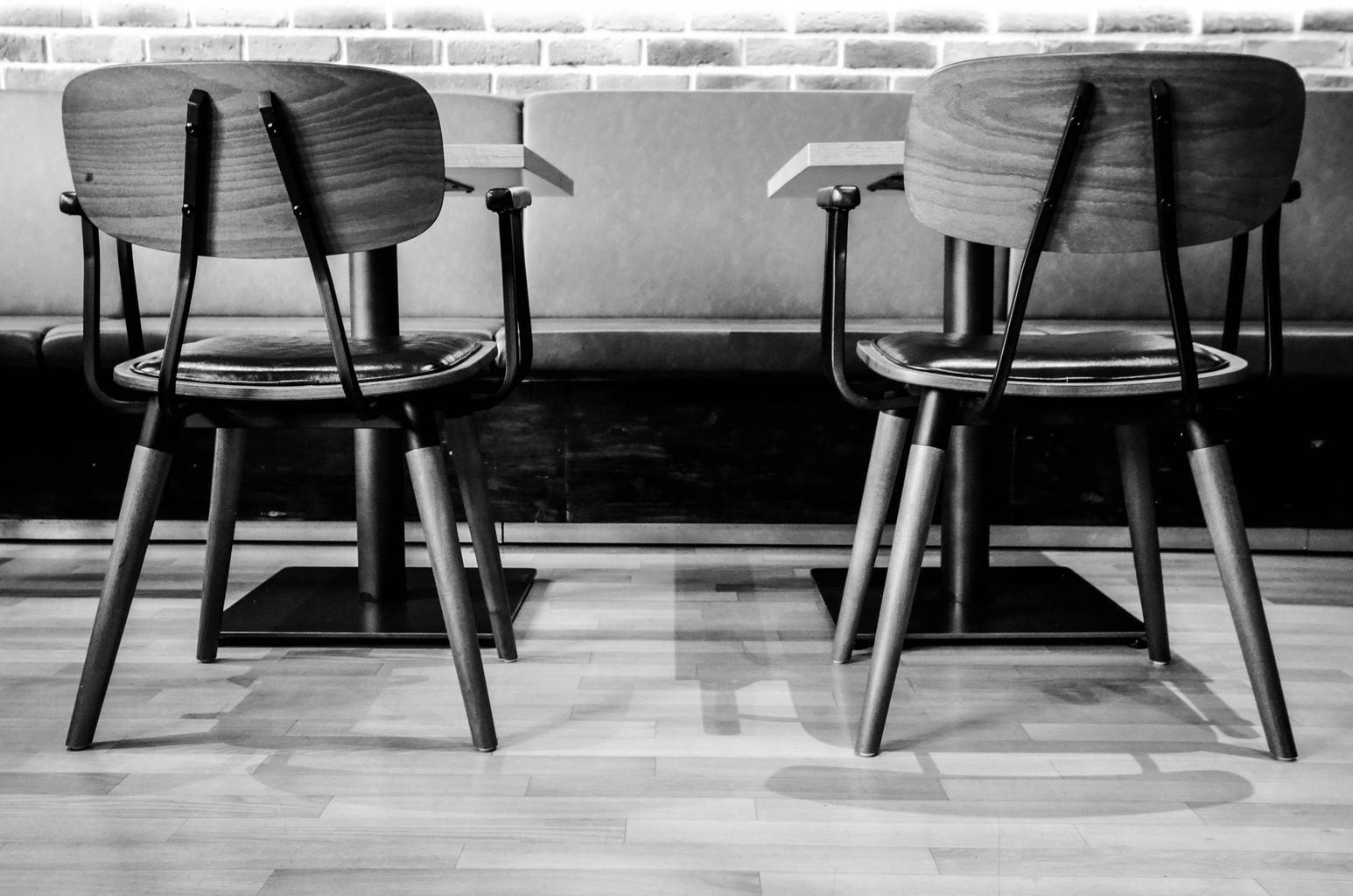 Stühle und Tische groß genug für zwei Personen