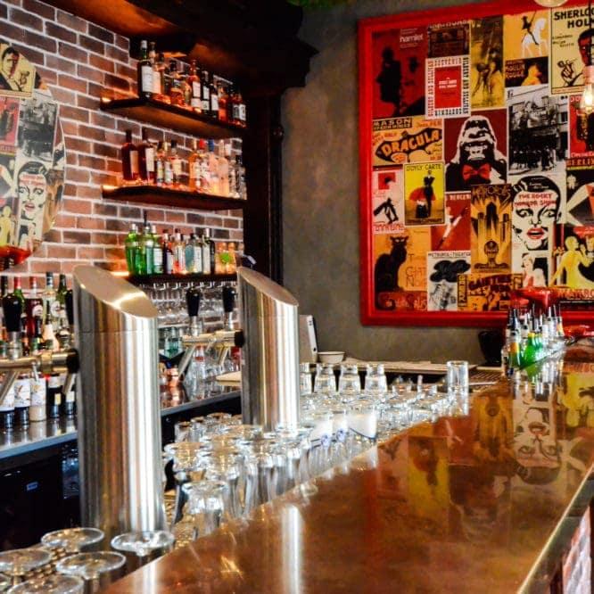 Cocktailbar mit großer Spirituosenauswahl