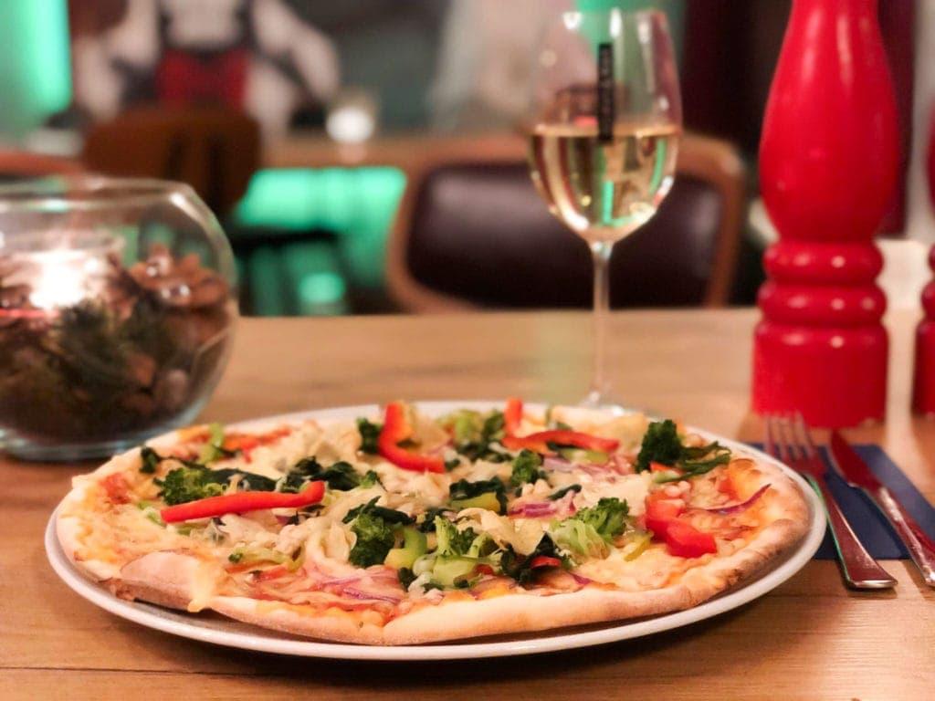 Kulinarische Glanzstücke: Hausgemachte Pizza aus dem Steinofen