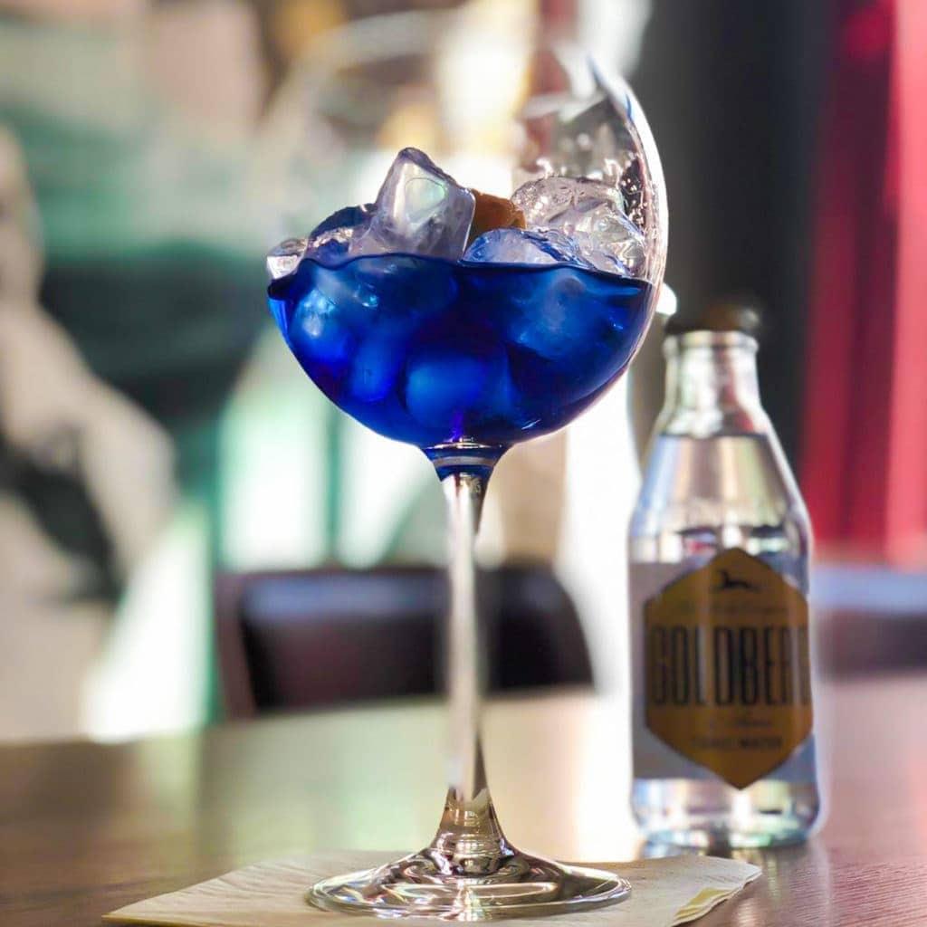 Gemixter Gin im Weinglas mit Tonic water