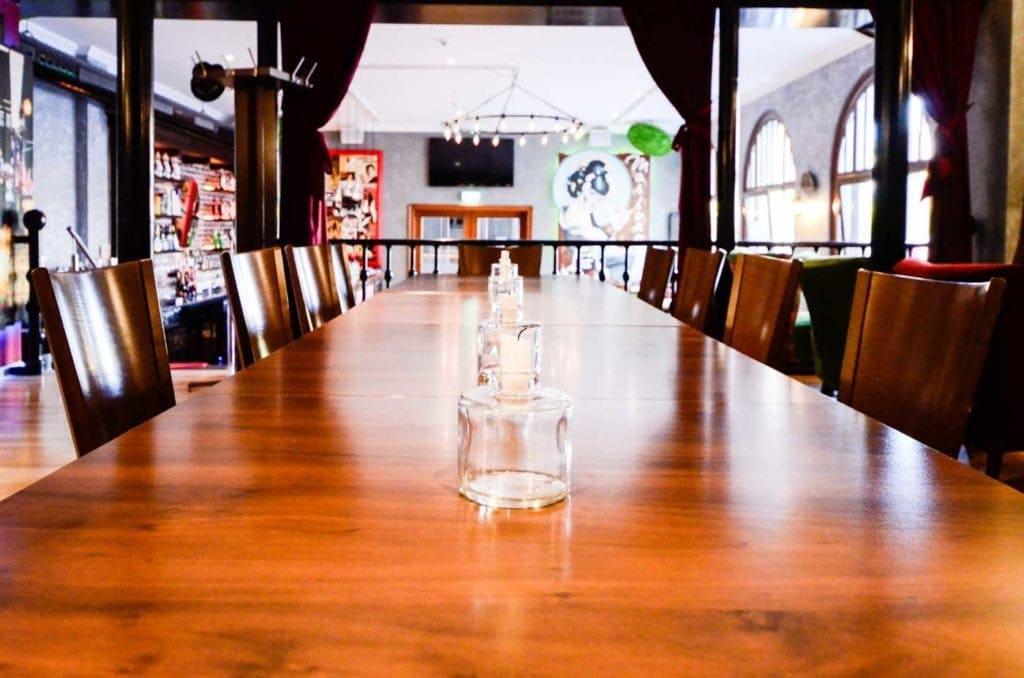 Räume für Geschmack mit Gruppentischen