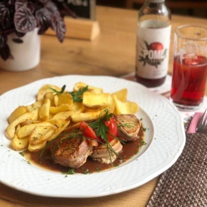 Schweinefilet Saltimbocca mit Kartoffelscheiben und Sauce