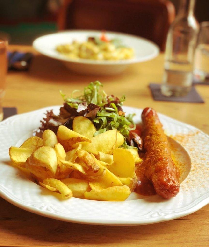 Originale Currywurst mit gebackenen Kartoffelscheiben