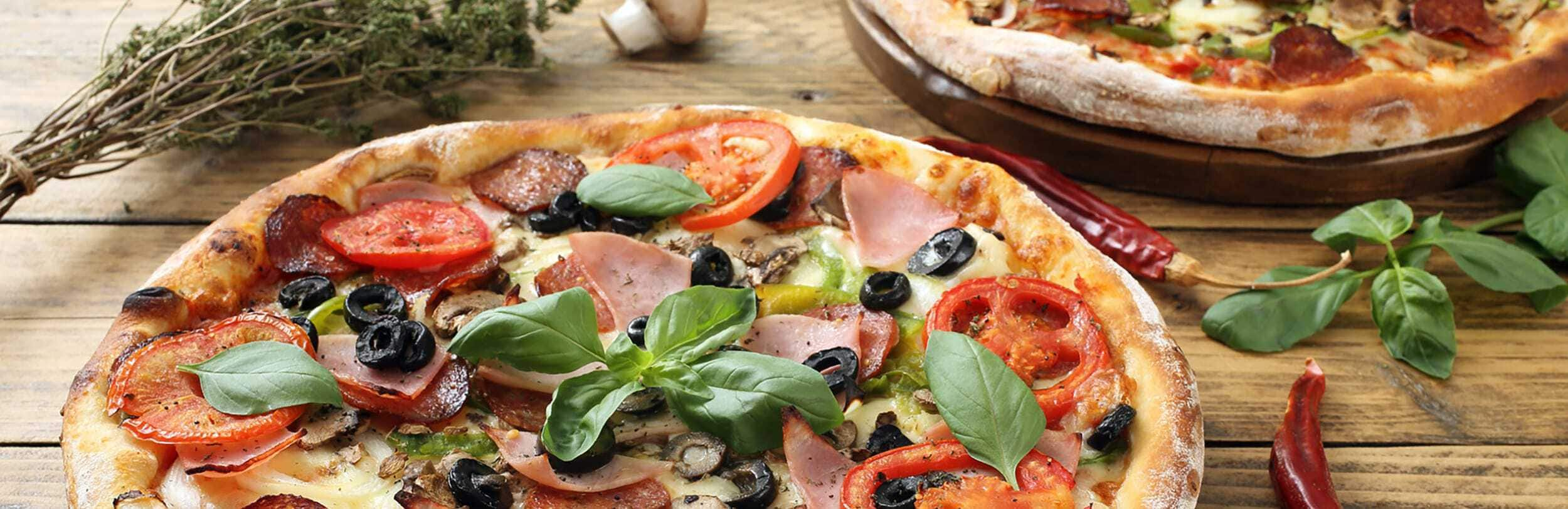 Kulinarische Glanzstücke: Pizza Salami mit Chili & Champignons