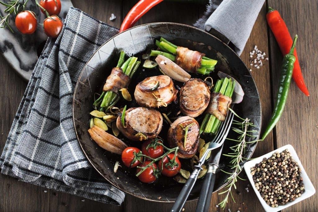 Steaks in Speck gewickelt mit Bohnen